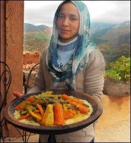 MMMM: Khadija serverer marokkoturens beste måltid. Foto: MONA LANGSET Foto: MONA LANGSET