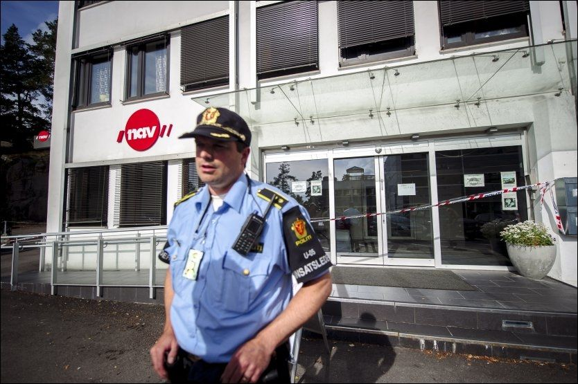 AVSPERRET: NAV-kontoret på Grorud ble stengt ut dagen, etter at en 26 år gammel mann knivstakk saksbehandleren sin mandag morgen. Foto: KRISTIAN HELGESEN, VG