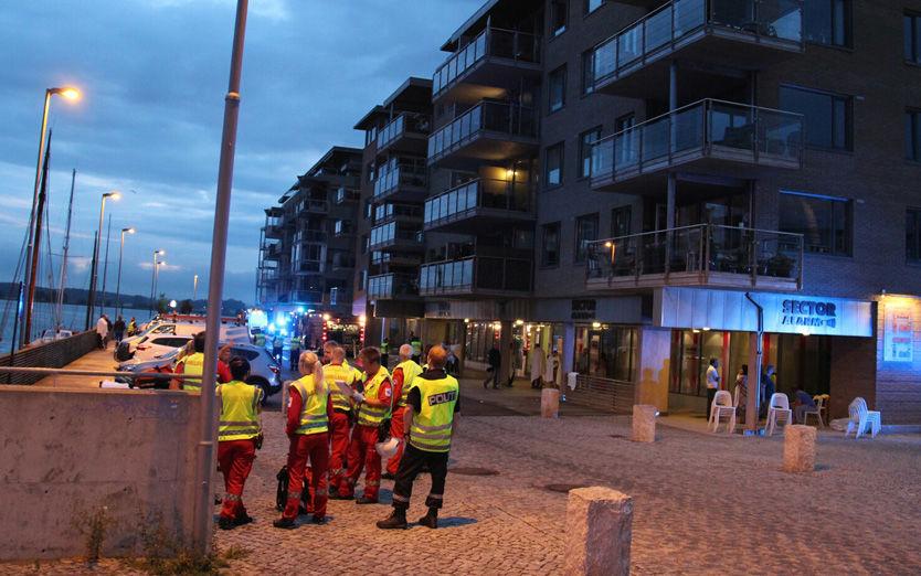 SYV TIL SYKEHUS: Alle nødetater rykket ut da politiet fikk inn melding om en brann i Tønsberg i natt. Foto: Ole Christian Nordby / Eikerfoto