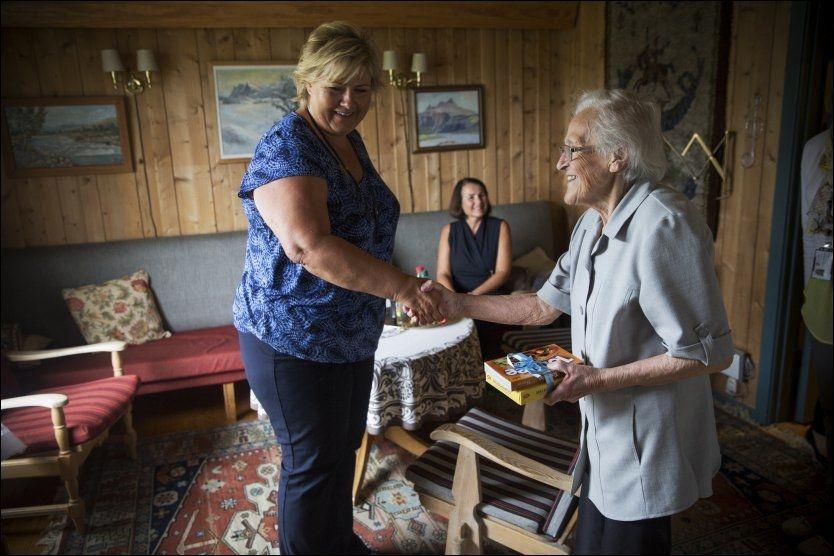 HJEMME BEST: Erna Solberg besøkte igår Marit Johansen Teigstad Larsen (91), som slipper sykehjem og kan bo hjemme videre, etter at hjemmetjenesten i kommunen har hjulpet henne til å klare daglige gjøremål etter et alvorlig fall tidligere i vår.