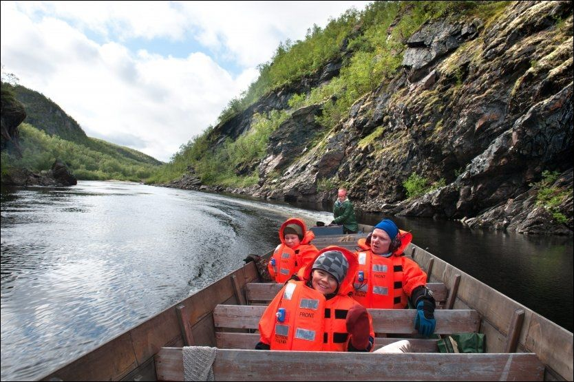 ELVENS KJEMPE: Stakebåten Johan P. Eira (bakerst) kjører, er hele 15 meter lang. Det er med andre ord masser av plass til John Niillas Eira (nærmest), broren Johan Áilo Eira og Atle-Klemet Hætta (til høyre) på vei mot demningen. Foto: Gjermund Glesnes