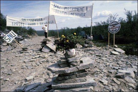 DEMONSTRANTER: Motstanden mot utbyggingen av Alta-Kautokeino-vassdraget i 1979 ble kjent under slagorde «La elva leve». Foto: Terje Mortensen