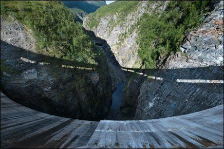 DRAMATISK: Det er 125 meter ned til bunnen av kløfta under demningen. - Eller fem sekunder for en neve stor stein, sier Johan P. Eira. Foto: Gjermund Glesnes