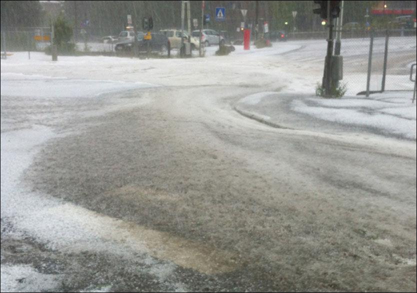 EKSTREMVÆR: Dette synet møtte forbipasserende på Slemdal i Oslo. Store nedbørsmengder har ført til oversvømmelse flere steder i byen. Foto: Knut Andreas Nyberg
