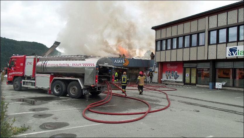 BRENNER: Amfisenteret på Orkanger begynte å brenne onsdag ettermiddag. Foto: JOAKIM HALVORSEN