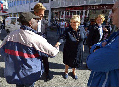 VALGKAMP I NORD: Høyre-leder Erna Solberg drev valgkamp for Høyre i Storgata i Tromsø sentrum fredag formiddag. Foto: TERJE MORTENSEN/VG