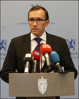 BEKREFTER DØDSFALLET: Espen Barth Eide holdt en pressekonferanse om Tjostolv Molands dødsfall søndag ettermiddag. Foto: NTB SCANPIX