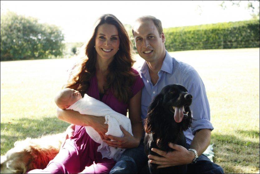 FAMILIEFOTO: Hertuginne Kate, prins William, familiens hund Lupo og lille prins George som nå er fire uker gammel. Foto: AFP/Michael Middelton