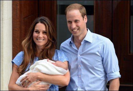 FØRSTE GLIMT: Første gang britene fikk se den nye prisen, var da William og Catherine forlot sykehuset St. Mary's i London 23. juli. Foto: Pa Photos