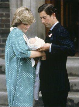 DEN GANG: Slik så det ut da daværende prins Charles og prinsesse Diana tok med nyfødte prins William hjem fra sykehuset St. Mary's i London i juni 1982. Foto: AP