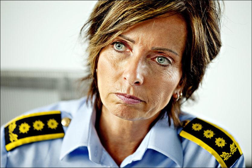 ROMANMANUS: Leder for seksjon for volds- og seksualforbrytelser, Hanne Kristin Rohde, jobber med et romanmanus som er levert til Kagge forlag. Foto: SARA JOHANNESSEN