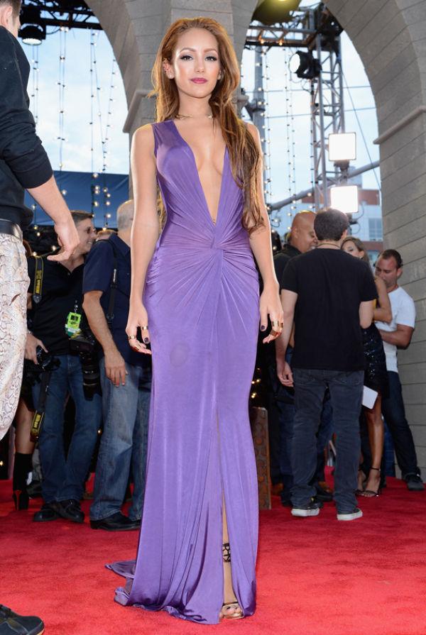 5ff31817 DYP UTRINGNING: Skuespiller og modell Melanie Iglesias sparte ikke på  kruttet i denne lilla kjolen