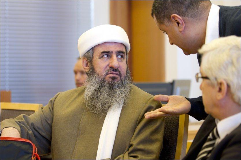 RØDSTRØMPE: Mullah Krekar blander seg inn i valgkampen, og avslører at hans politiske sympatier ligger på venstresiden. Bildet er fra domsavsigelsen etter rettssaken mot ham i fjor. Håkon Mosvold Larsen / Scanpix.