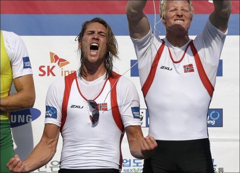 BEST I VERDEN: Nils Jakob Hoff (t.v.) og Kjetil Borch viste ekte seiersglede på pallen i Chungju, Sør-Korea i dag tidlig norsk tid. Foto: AP