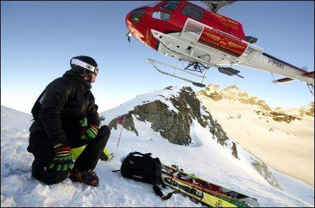 HELISKI: En skikjører settes fra helikopter på toppen av et 3300 meter høyt fjell i Alpene. Foto: GØRAN BOHLIN