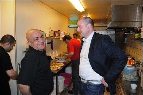 DIALOG: Kurdiske Ibrahim Balci (til venstre) er Ap-medlem, men enig med Robert Eriksson (Frp) i arbeids- og innvandringspolitikken. Foto: YNGVE KVISTAD