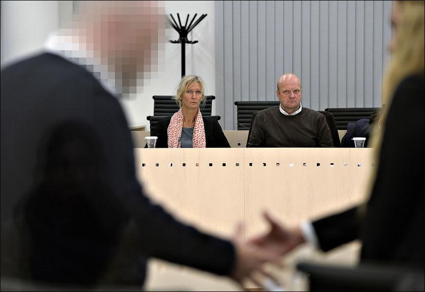 MØTET MED TILTALTE: Her sitter Sigrids foreldre, Ingrid Ruth Giskegjerde og Tom Schjetne, for første gang ansikt til ansikt med den drapstiltalte 38-åringen. De har godkjent at det tas bilder av dem i retten. Foto: Helge Mikalsen