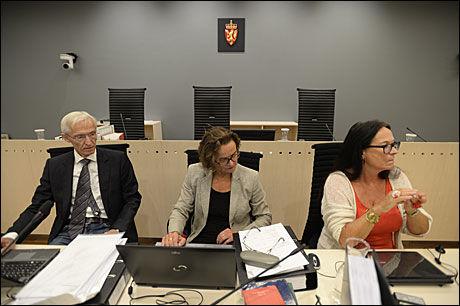 SAKKYNDIGE: Psykiatrispesialistene Andreas Eirik Hamnes og Kjersti Narud (i midten) mener 38-åringen var tilregnelig på gjerningstidspunktet, mens nevropsykolog Anne Lill Ørbeck mener han var paranoid schizofren og strafferettslig utilregnelig. Foto: Helge Mikalsen