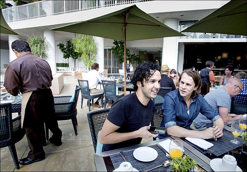 NÆMEN, ER DET IKKE YLVIS: Vegard (f.v.) og Bård Ylvisåker koste seg med hotellfrokost på luksuriøse Beverly Hilton Hotel før avreise til «The Ellen DeGeneres Show»-studioet.
