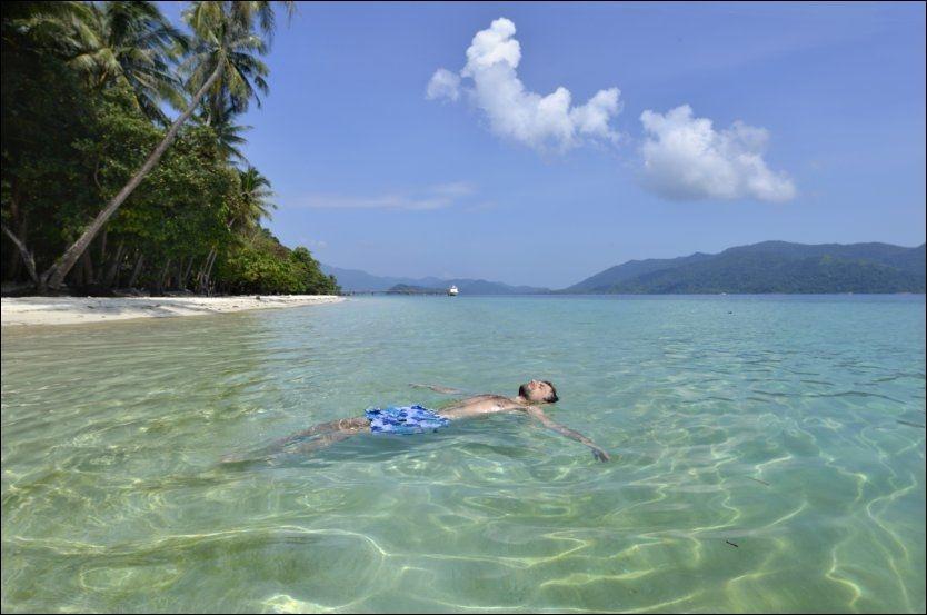 GOD PLASS: Alene på den digre sandstranden på Koh Lao Nai er det bare én ting å gjøre for en journalist; legge seg bakover og nyte livet. Foto: ANDY HILL
