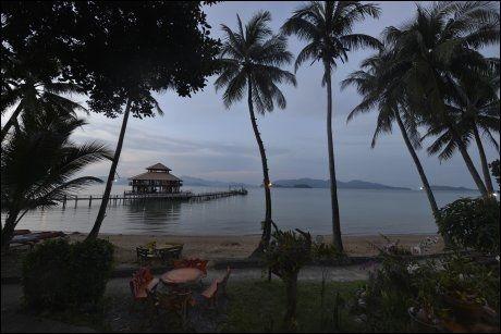 BORD MED UTSIKT: Restauranttilbudet er begrenset hvis du legger ferien til halv-øde småøyer, men utsikten fra Koh Wai Pakarang Resort er å leve med. Foto: GJERMUND GLESNES