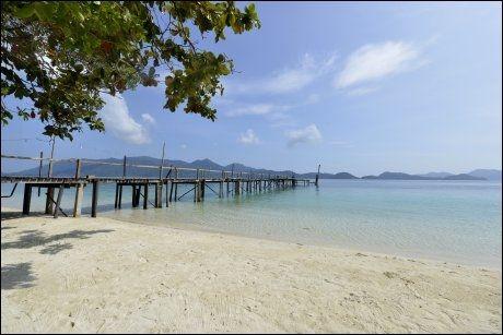 NÆR PERFEKT: Stranden Laoya Resort ligger folketom - og likevel nyryddet - og venter. Foto: GJERMUND GLESNES
