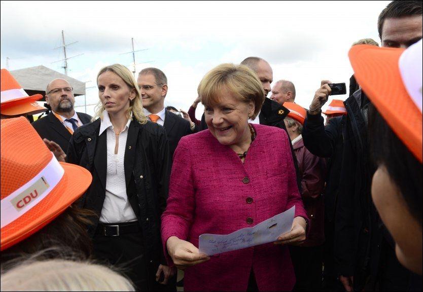 INNSPURT: Angela Merkel avsluttet valgkampen med en tale i sin egen valgkrets Stralsund i går. Alt tyder på nok en seier for kansleren. - På søndag er det dere det kommer an på! lød oppfordringen til de 2000 begeistrede tilhørerne i småbyen ved østersjøkysten. Foto: AFP