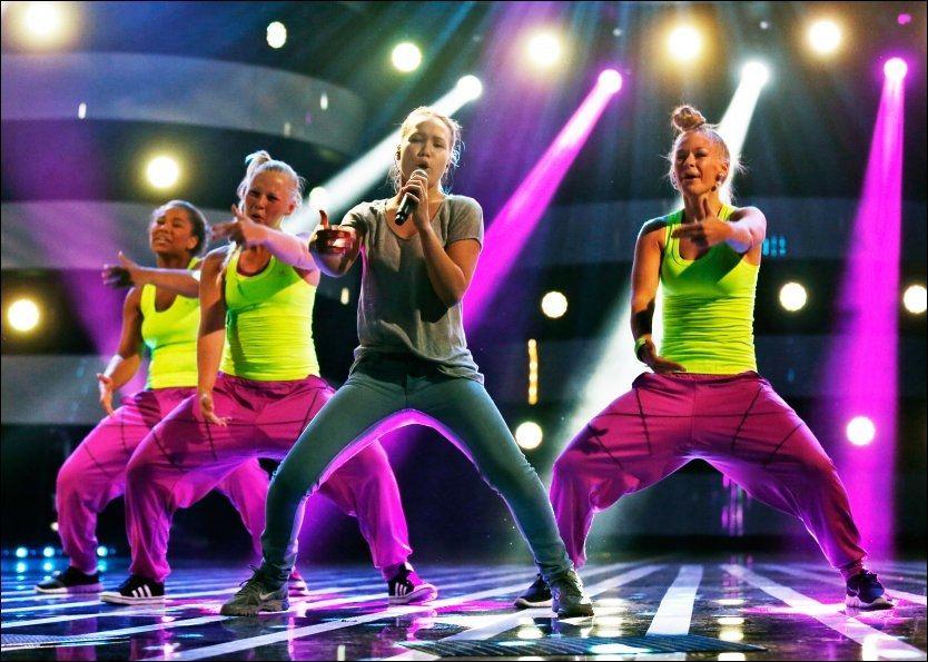 RISTER LØS: Under lørdagens «Stjernekamp» på NRK1 skal Agnete Johnsen fremføre låten «Super Bass» av Nicki Minaj sammen med dansegruppen Urban Tribe. Her er de fotografert på fredagens øvelse. Foto: NILS BJÅLAND/ VG