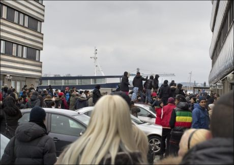 HOPPET PÅ BILER: Sinte elever i Gøteborg samlet seg i raseri og gikk blant annet amok på biler etter at unge jenter ble hengt ut som horer på sosiale medier. Foto: Björn Larsson Rosvall / NTB scanpi