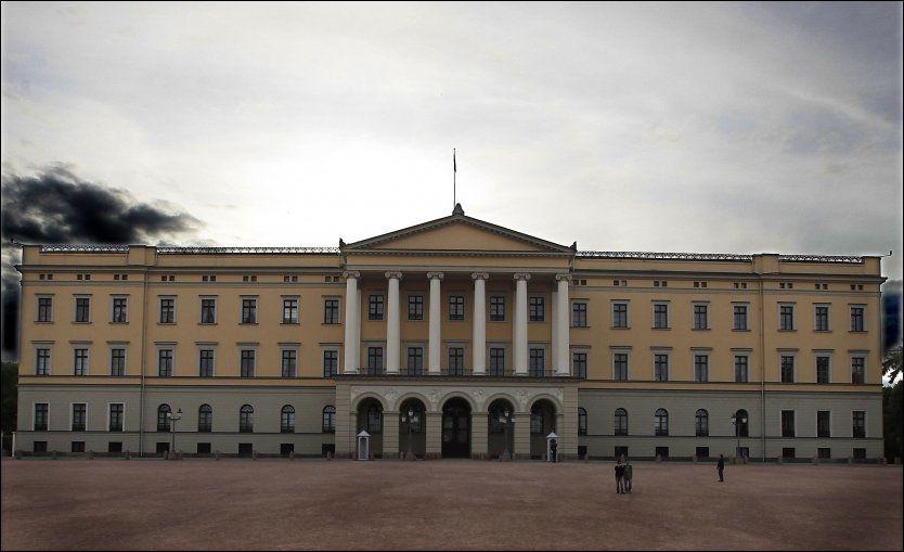 FØR OPPUSSING: Slik ser Slottsplassen i Oslo vanligvis ut. Neste uke skal Erna Solberg gå ut av hovedporten midt på Slottet med sin nye regjering, på en nesten ferdig oppusset plass. Foto: NILS BJÅLAND