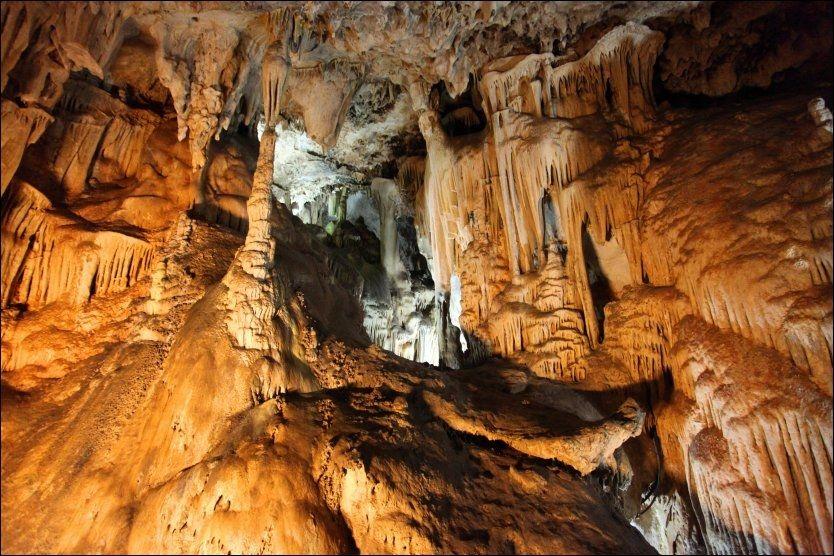 GROTTEEVENTYR PÅ SPANSK: Med elegant lyssetting blir grottene i spanske Nerja et fantastisk syn. Foto: KRISTIAN HELGESEN.