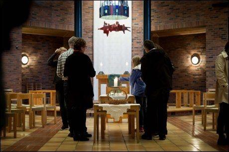 ÅPEN KIRKE: Barn i følge med voksne tenner lys i Nysæter kirke på Stord fredag kveld. Foto: Espen Braata