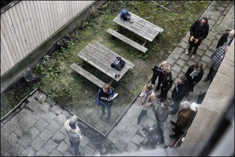 SIKTET FOR RAN: En svensk 26-åring var også tilbake i Fredensborgveien. Han har nektet for å ha vært i leiligheten og forklarte seg i bakgården og inngangspartiet. De siktedes forsvarere og politietterforskere var til stede under rekonstruksjonen. Foto: MATTIS SANDBLAD
