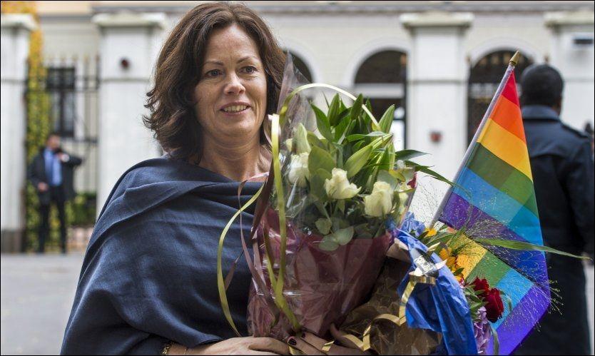 HOMOMINISTER: Solveig Horne (Frp) tok i mot regnbueflagget da hun ble tilbudt det av lederen for Landsforeningen for lesbiske og homofile utenfor Slottet onsdag. Foto: Helge Mikalsen