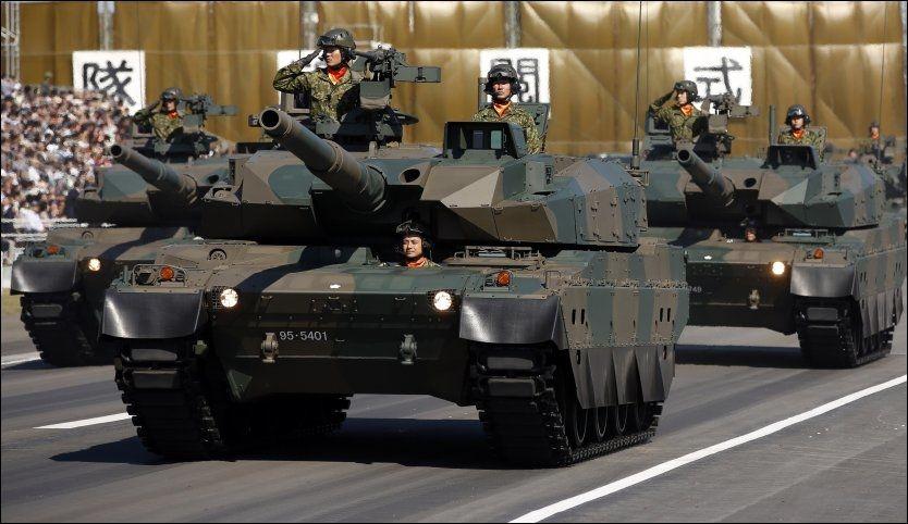 VISER MUSKLER: En Japansk tanksenhet under en parade på Asaka base nær Tokyo. Foto: ISSEI KATO, REUTERS