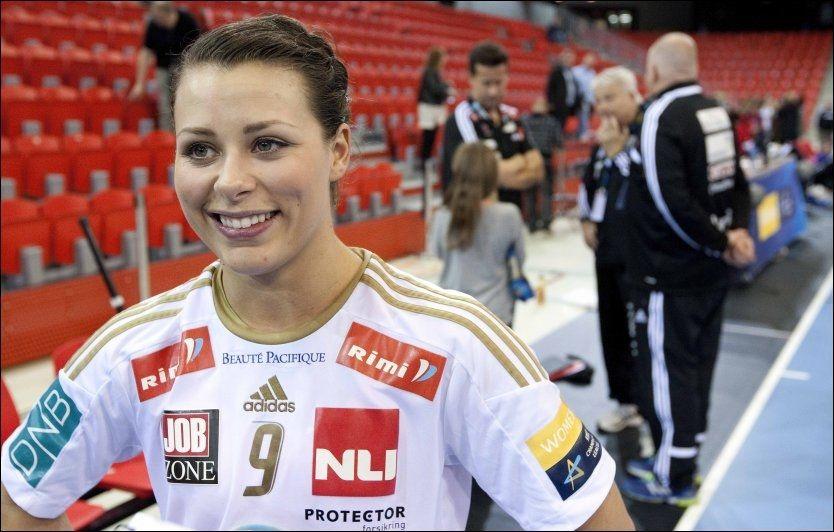 HÅNDSKADD: Nora Mørk, her avbildet i forbindelse med 34-18-seieren over med HC Podravka, lar seg ikke knekke av at hun fikk seg en smell i hånden på lørdag. - Det skal mer til for å sette meg ut av spill, sier hun. Foto: Alf Øystein Støtvig, VG