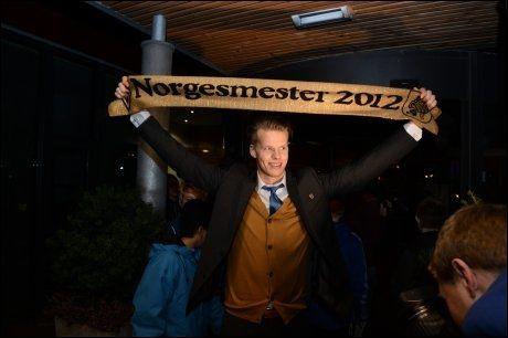FEIRET I ULSTEINVIK: Ørjan Håskjold Nyland tok med seg gullskjerfet hjem etter seieren mot Tromsø i cupfinalen i fjor. I år kan han få muligeten til å feire i Molde. Foto: Morten Hjertø, VG