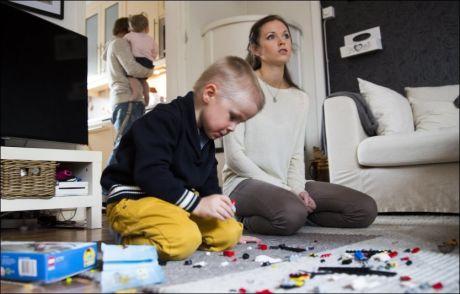 AKTIV: Lars Kristian (4) er mer opptatt av Lego enn tøy, men mor Veronica Berntzen tror fireåringen nyter godt av merkeklær med god kvalitet når han er i utebarnehage dagen lang. Foto: TERJE BRINGEDAL