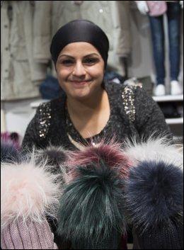 DYR LUE: Innehaver av Zebastian barneklær i Drammen Songul Gul, smiler bredt om dagen. Kundene hennes kjøper barneluer til 1399 kroner. Foto: TERJE BRINGEDAL