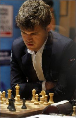 VERDENSMESTEREN: Magnus Carlsen under det 10. og siste partiet i VM-kampen. Foto: Ap