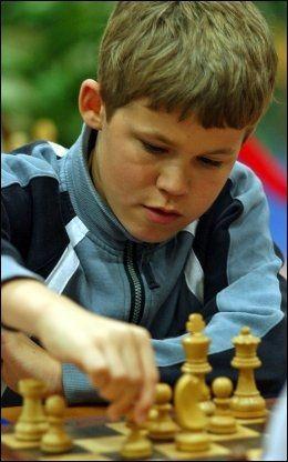 STORMESTER 13 ÅR GAMMEL: I Dubai i 2004 ble Magnus Carlsen den daværende yngste stormesteren gjennom tidene. Foto: AP
