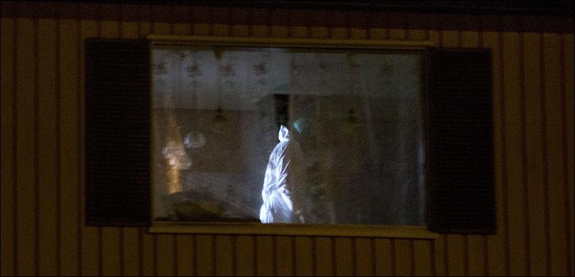 SIKRER SPOR: Kriminalteknikere arbeidet onsdag kveld på åstedet i Vanvikan for å finne svar på hva som har skjedd. Foto: ØYVIND NORDAHL NÆSS