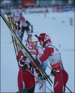 GLADE JENTER: Både Marit Bjørgen og Therese Johaug var fornøyd etter jaktstarten. Foto: Daniel Sannum Lauten / VG