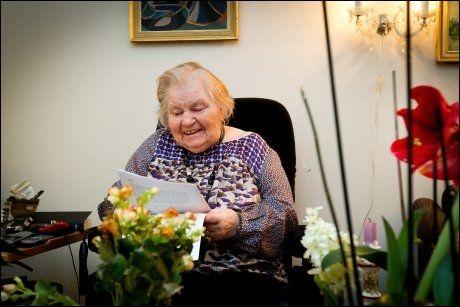 I FJOR: VG var på besøk hos Reidun få dager etter annonsen i Aftenposten hadde stått på trykk. Da hadde hun allerede fått mange brev fra folk som ville ta henne imot på julaften. Foto: JAN PETTER LYNAU/VG