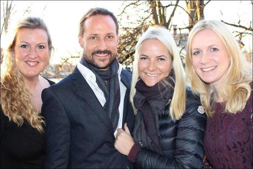 SPRUDLENDE: Kronprinsparet lot seg fotografere sammen med Irene Løken Lystrup og Solfrid Flateby. FOTO: KRONPRINSPARETS FOND.