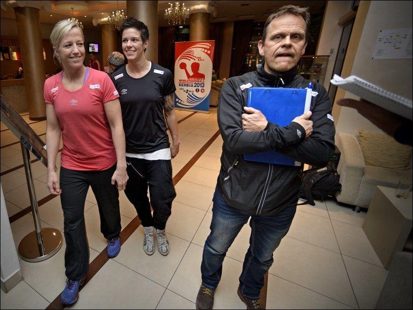 ARBEIDSLAGET: Thorir Hergeirsson er klar for å forsvare VM-gullet Norge vant i São Paulo for to år siden med over 300 timers jobbing i Serbia frem til 22. desember. Heidi Løke (til venstre) og Anja Hammerseng-Edin, blir viktige brikker på banen. Foto: Bjørn S. Delebekk/VG