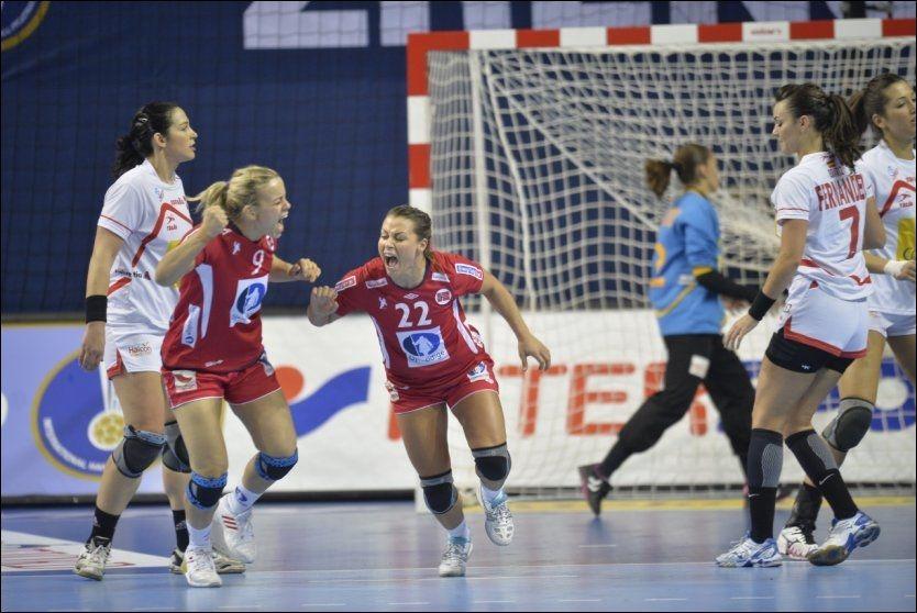 TILBAKE: Nora Mørk jublet etter ett av tre mål før pause. Hun er tilbake i mesterskapssammenheng for Norge, for første gang siden 2010. Foto: Bjørn S. Delebekk