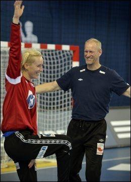 KEEPERTRENER: Mats Olsson (til høyre) er treneren til Katrine Lunde. Her er de to under en trening før mesterskapet. Foto: Bjørn S. Delebekk, VG