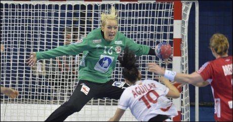 STOD SOM EN VEGG: Katrine Lunde reddet hele tre straffer og var en viktig faktor da Norge vant åpningskampen i VM mot Spania. Foto: Bjørn S. Delebekk, VG