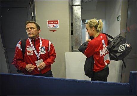 ETTER KAMPEN: Her er Thorir Hergeirsson og Isabel Blanco i pressesongen på stadion i Zrenjanin tirsdag kveld. Foto: Bjørn S. Delebekk